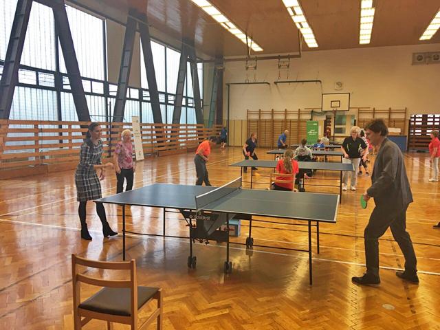 Stolní tenis si vyzkoušela iradní Lucie Kantorová aved. odboru sportu Přemysl Švarc